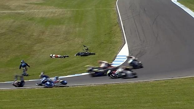 Na Austrália, corrida de motovelocidade tem acidente violento