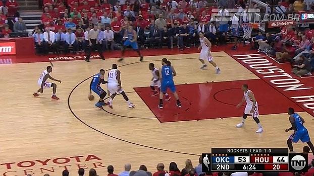 Espetáculo! Westbrook dá toco, atravessa quadra driblando dois jogadores e anota pontaço para o Thunder