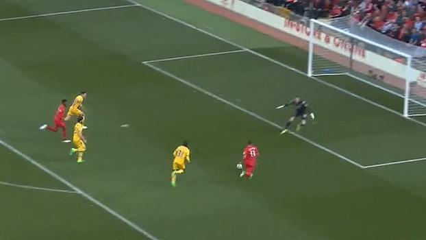 Tempo real: Lucas Leiva coloca Firmino cara-cara com goleiro em bola enfiada, mas Hennessey consegue pegar a bola antes do toque
