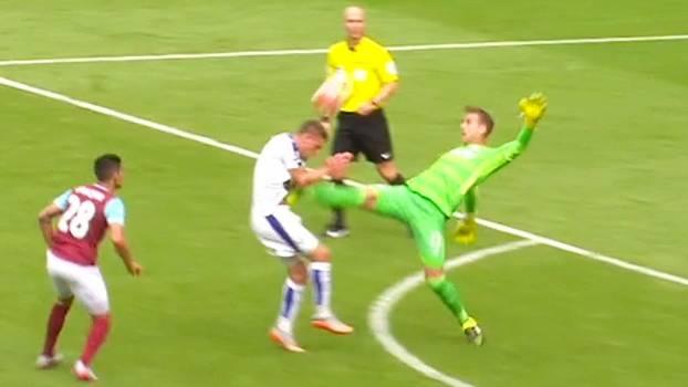 Goleiro do West Ham leva o pé ao peito de atacante do Leicester e acaba  expulso 879fa539ba6d3