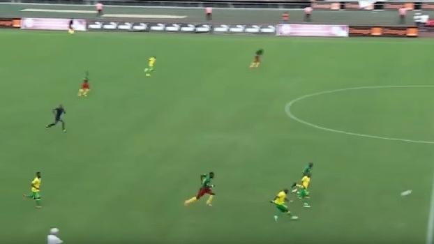 Pelas eliminatórias da Copa Africana, sul-africano faz golaço do meio de campo