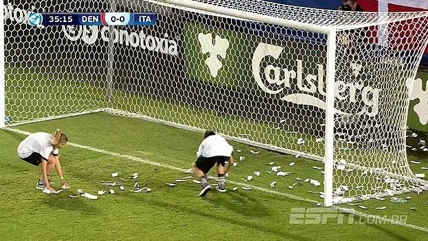 Veja as imagens de torcedores do Milan atirando dinheiro falso ao gol defendido por Donnarumma