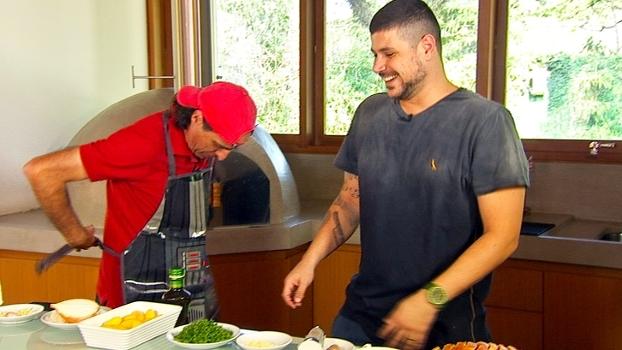 Com avental de Darth Vader, Meligeni ajuda Raul Lemos na cozinha durante o 'Entrando de Fininho'