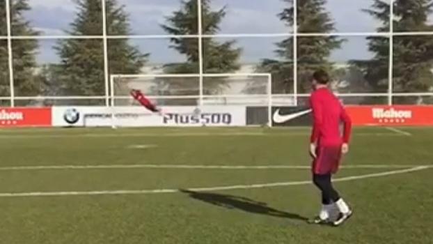 Espalma, Griezmann! Atacante do Atlético de Madrid se arrisca no gol e faz ponte em grande defesa