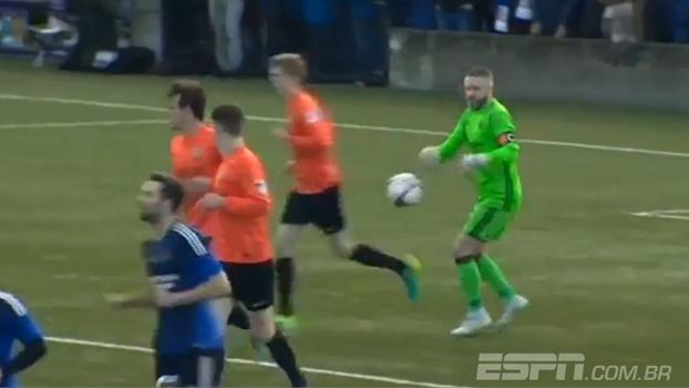 Na Irlanda, jogador dá cotovelada 'marota', tira bola das mãos do goleiro e tem gol validado