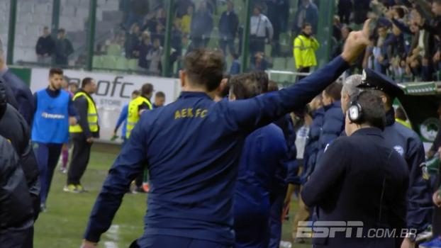 Não foi só no Brasil: treinador do AEK faz gesto obsceno para torcida e é expulso na Grécia