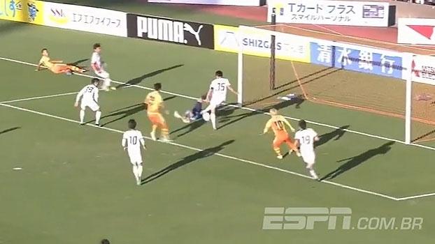 Elástico? Zagueiro se atrapalha e faz gol contra bizarro no Japão