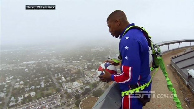 Incrível! No topo de torre, Globetrotter acerta cesta a mais de 170m de altura