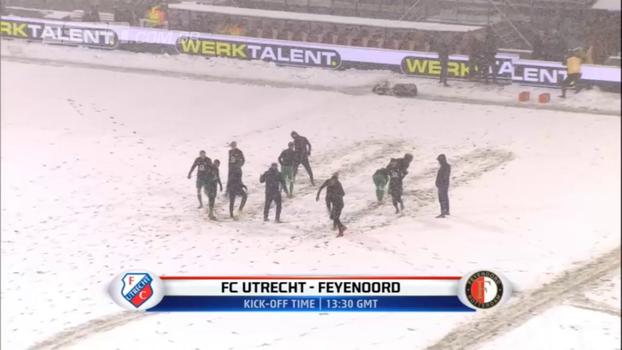 Com direito a ataque de bola de neve, jogadores do Feyenoord se esbaldam com nevasca antes da partida