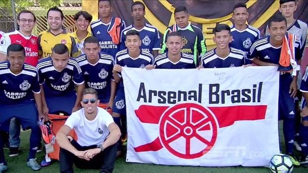 Junto com torcedores, zagueiro do Arsenal promoveu ação social no bairro em que nasceu