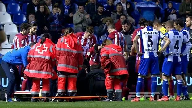 Fernando Torres se choca feio com adversário e cai desacordado em campo; veja