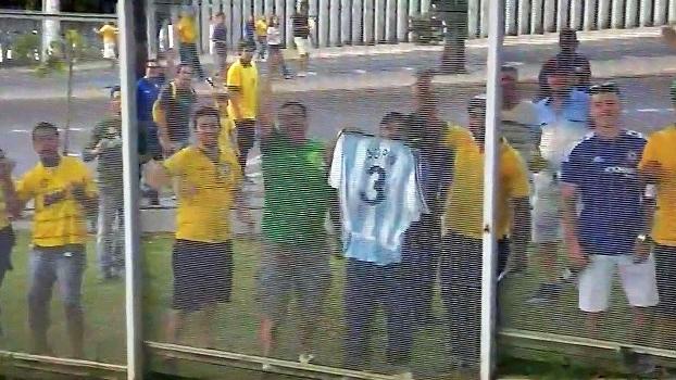 No Mineirão, torcedor com a camisa 3 da Argentina emociona Sorin: 'Sensação de honra'