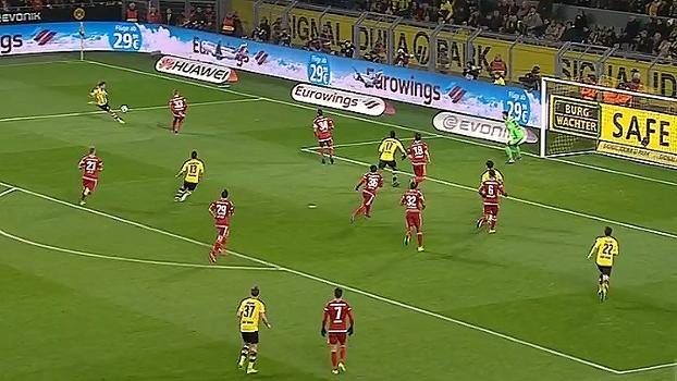 Tempo real: Schmelzer recebe sozinho, bate cruzado, mas a bola sobe sem perigo