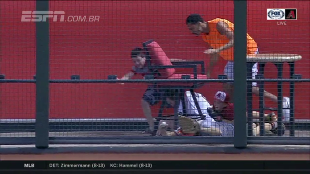 Sai que é minha! Fãs se jogam e 'brigam' por bolinha de home run na MLB