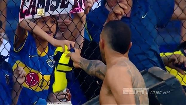 Após vitória do Boca, Tevez entrega sua camisa para criança na arquibancada