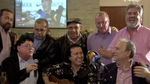 Moda de viola, alegria e emoção: juntos de Osmar Santos, amigos e familiares assistem ao documentário do 'Pai da Matéria'