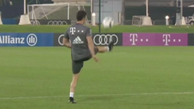 Até com a canela! Lewandowski faz embaixadinhas e mostra habilidade incrível