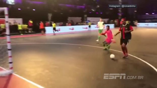 Em jogo de futsal, Ronaldinho dá caneta alucinante em goleiro e faz gol com toda calma do mundo