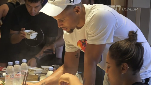 Stephen Curry causa alvoroço na China, experimenta culinária local e se diverte com 'mascaradas'