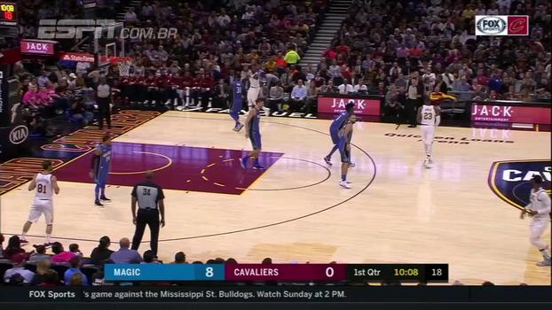 Cadê o Lebron James? Astro é marcado por Isaac, dá aula de basquete e deixa o calouro perdido em quadra
