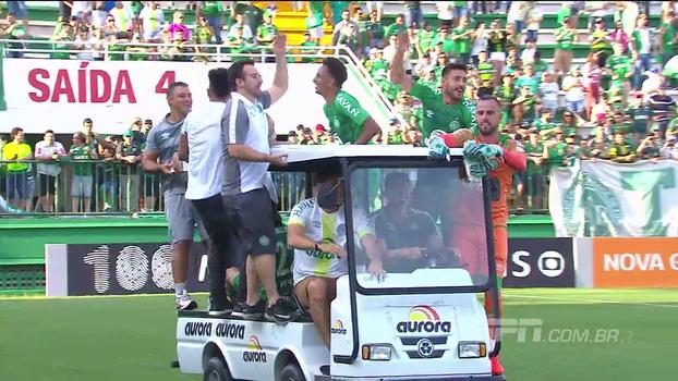 Pilotando carrinho da maca, Follman comanda festa de jogadores da Chapecoense na Arena Condá
