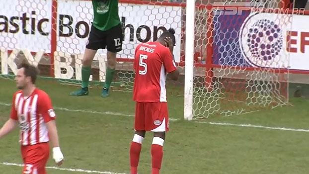 Gelado! Na 4ª divisão inglesa, zagueiro anota gol contra com toda frieza do mundo