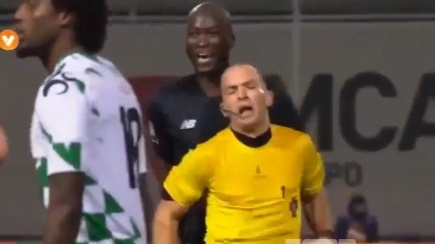 Árbitro dá trombada de costas em meia do Porto, se revolta e expulsa o jogador de forma inexplicável