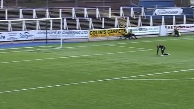 Já vai? Goleiro escorrega e leva gol ridículo na segunda divisão do Campeonato Escocês