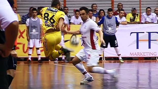 Em partida da Liga Futsal, jogador do Jaraguá aplica carretilha no 'inventor' Falcão; veja