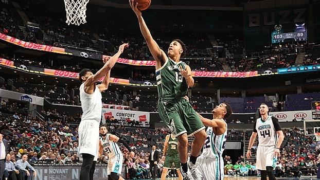 Bucks vencem os Hornets em Charlotte e seguem na briga por playoffs