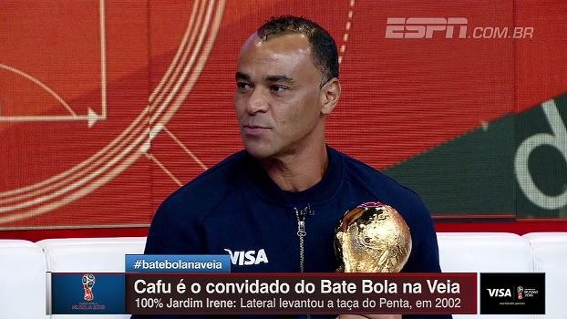 Cafu visita Bate Bola com a taça da Copa do Mundo e relembra quando ergueu o troféu em 2002