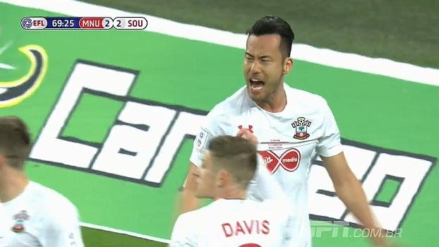 Em boa chegada do United ao ataque Yoshida trava Lingard antes da finalização