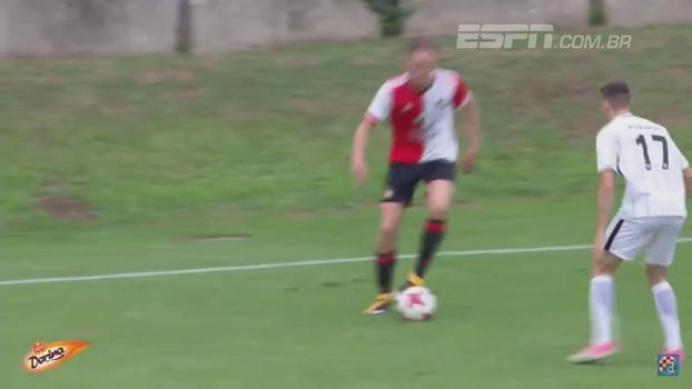 À lá Ronaldinho, juvenil do Feyenoord dá 'elástico' com 'caneta' em defensor; veja