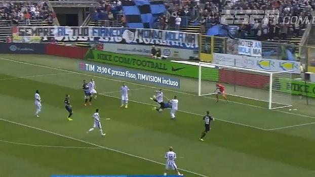 MEU DEUS! Zagueiro brasileiro Rafael Toloi aplica o 'escorpião' e quase marca um golaço na Itália
