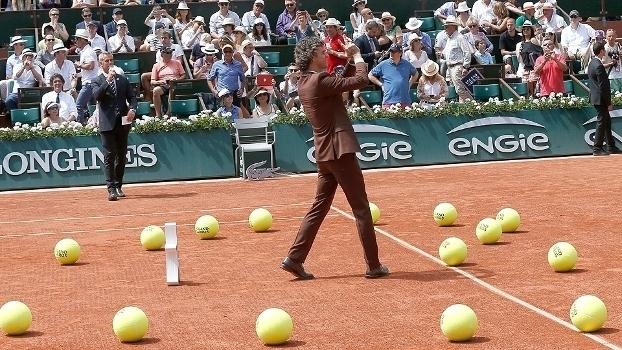 Guga recebe homenagem de Roland Garros pelo 20º aniversário de seu 1º título