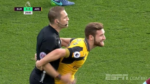 Como assim? Mustafi faz reclamação 'curiosa' ao juiz em vitória do Arsenal
