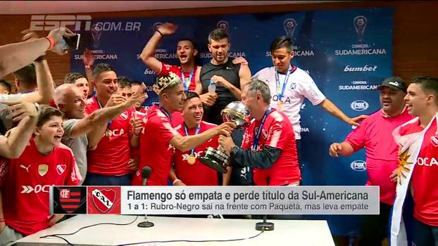 No Maracanã, jogadores do Independiente invadem coletiva de técnico e celebram o título sul-americano