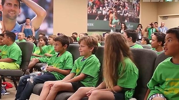 Federer é entrevistado por crianças e se diverte em Indian Wells; Veja