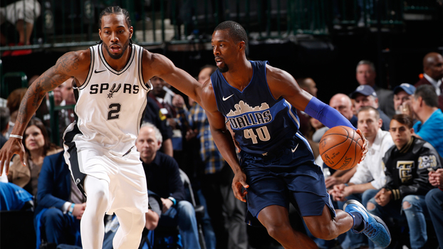 Mavericks 'estragam' retorno de Kawhi Leonard e vencem Spurs por seis pontos na NBA