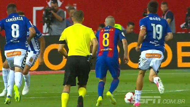 Messi toca para Iniesta, que avança e finaliza com perigo