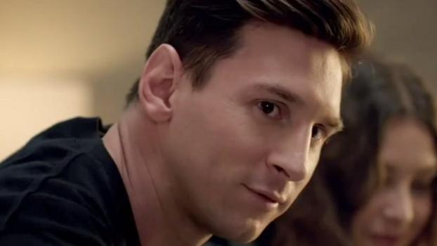 Messi mostra habilidades no pebolim e acaba com Lineker em comercial inglês