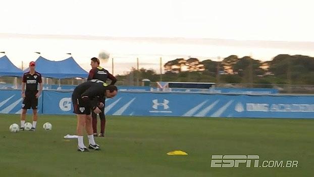 Trocando lançamentos com Cueva, Rogério Ceni mata bola com as costas após o treino