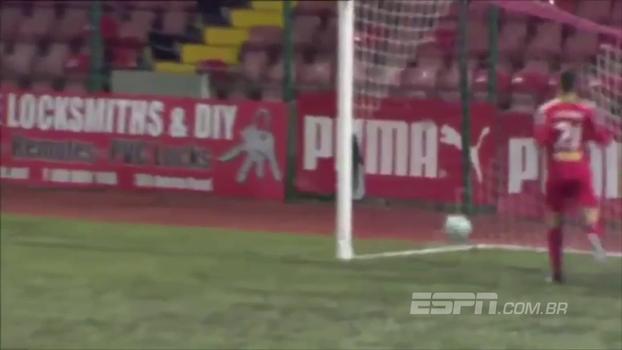 De que lado você está? Jogador faz gol contra bizarro na Irlanda do Norte