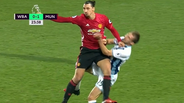 Ibrahimovic tromba forte e faz adversário 'quicar' no gramado