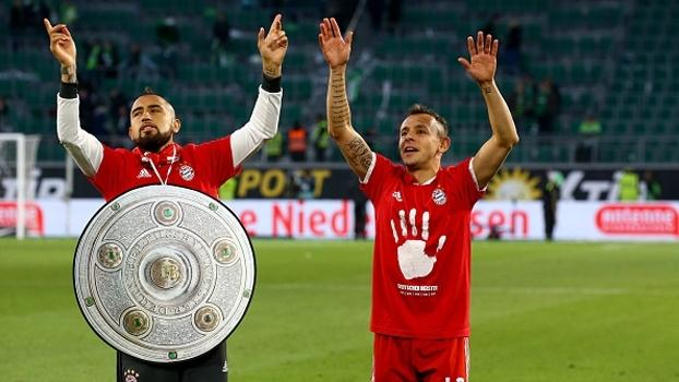 Rafinha celebra pentacampeonato do Bayern e só pensa em festejar: 'Não tem hora para terminar'