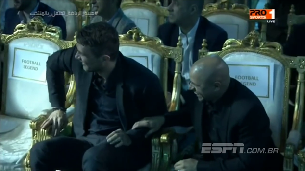 Em programa na Arábia Saudita, Rivaldo acerta bolada em câmera e Maldini e Roberto Carlos caem na risada