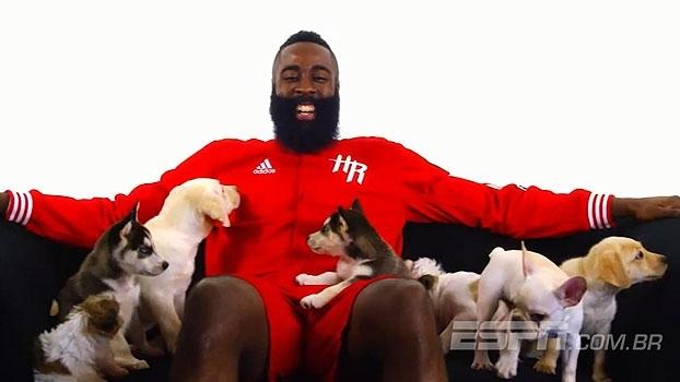 Em homenagem ao 'dia do filhote', James Harden se diverte com cachorrinhos