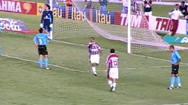 Assistência de classe e 2 gols: em 2002, Romário deu show na vitória do Flu sobre o Grêmio