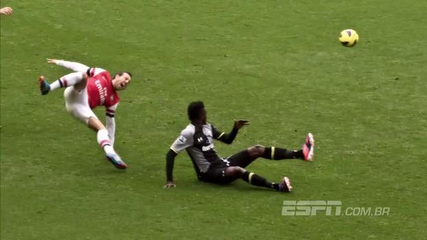 Adebayor foi expulso, Podolski marcou, e Arsenal aplicou segundo 5 a 2 do ano no Tottenham em 2012