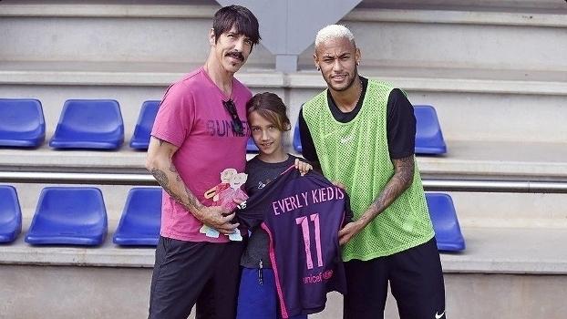 Veja visita de vocalista do Red Hot Chilli Peppers a treino do Barcelona